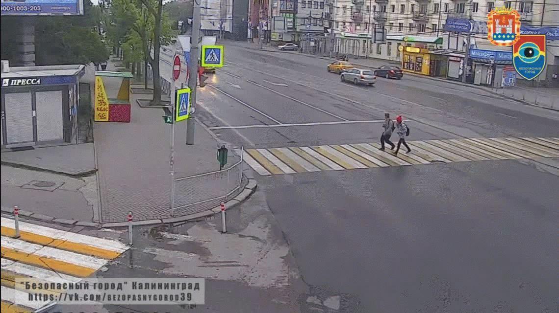 Violencia de género en Rusia: se bajó de un taxi y le pegó a una mujer en la calle