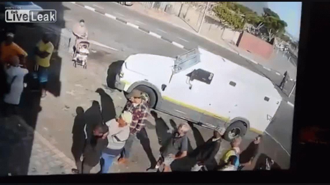 VIDEO: Mirá cómo un grupo de delincuentes roba un camión de caudales