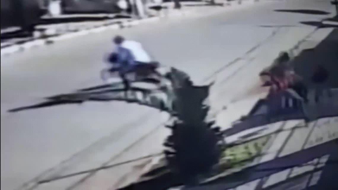 Motochorros amenazan con armas y le roban los celulares a nenas de 8 y 12 años
