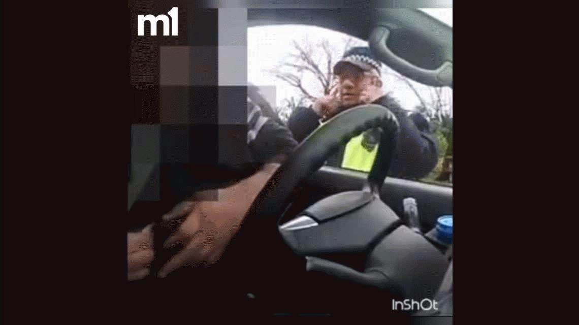 VIDEO: Cámara oculta a policía que le apagó las luces del auto para multarlo