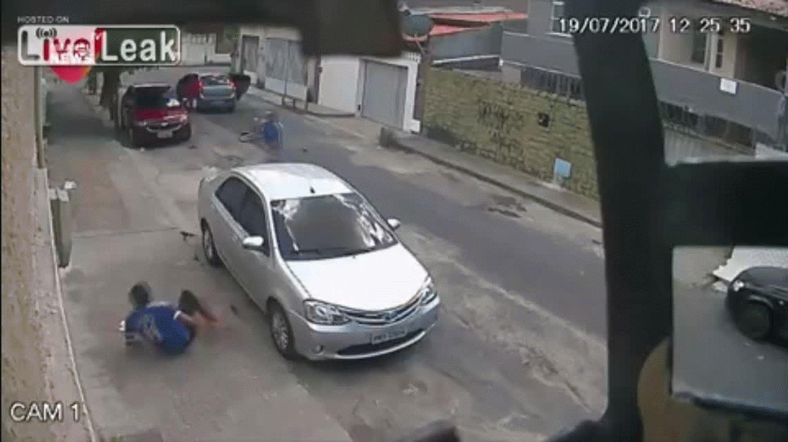 VIDEO: Se bajan del auto, lo acribillan a balazos y escapan