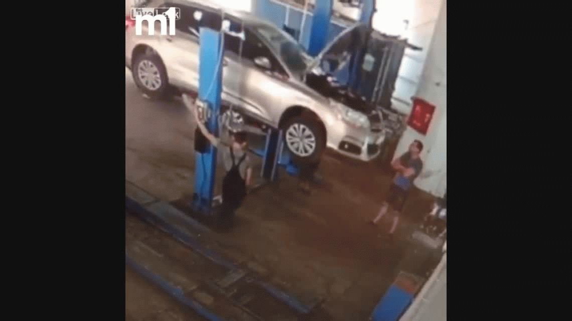 VIDEO: Un vehículo aplasta a dos mecánicos