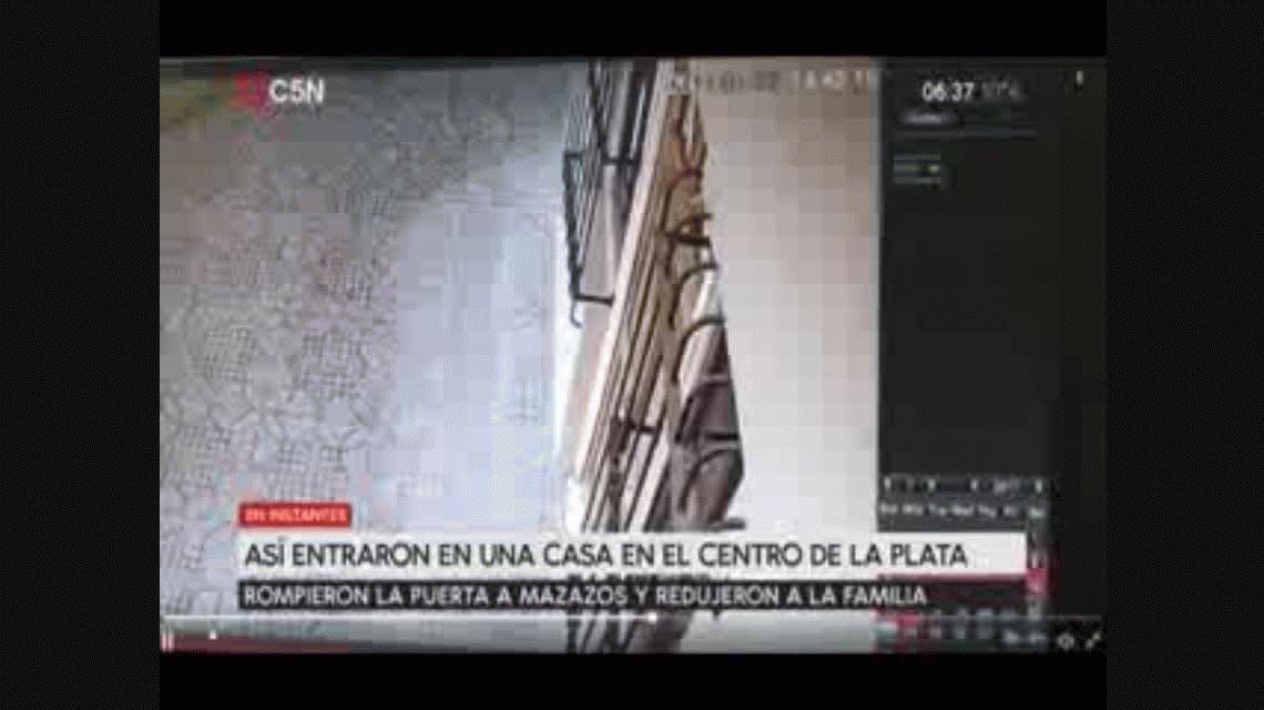 VIDEO: Así entraron a mazazos a una casa en La Plata para robar