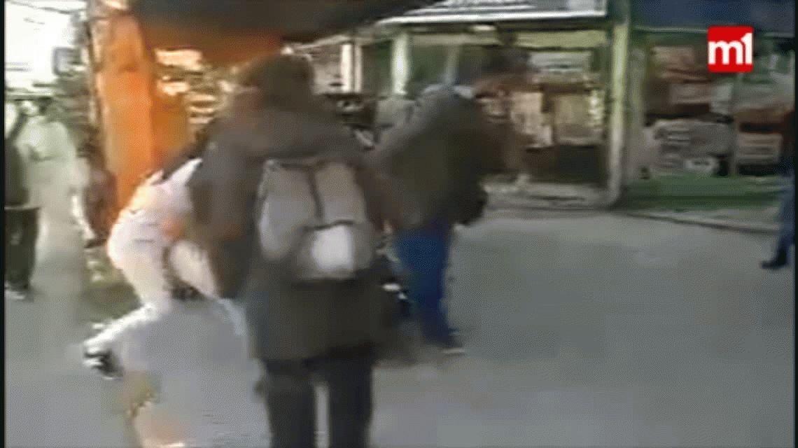 VIDEO: Una mujer golpeó a una policía cuando quiso detenerla