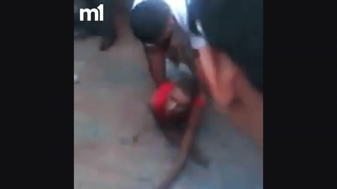 VIDEO: Un delincuente tragó lo que había robado y murió