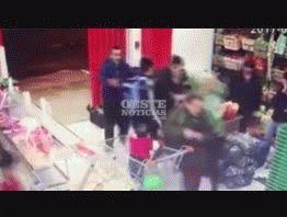 VIDEO: Un bebé quedó en medio de un robo a un supermercado chino