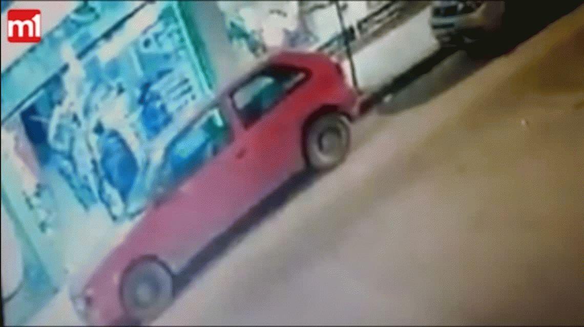 Motochorros asaltaron a dos policías y les robaron sus armas