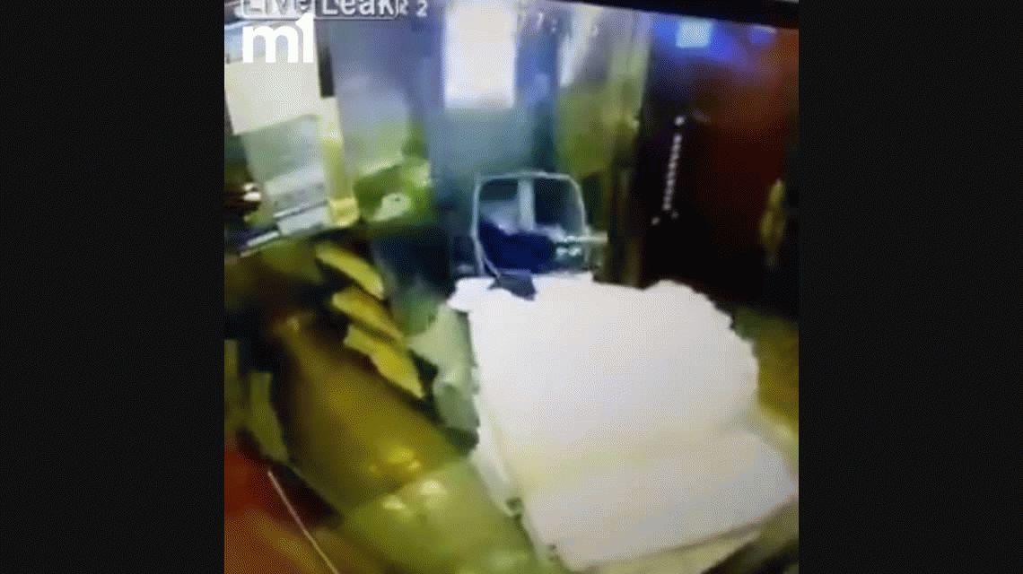 VIDEO: Se salvó de que un ascensor la parta al medio por un pelo