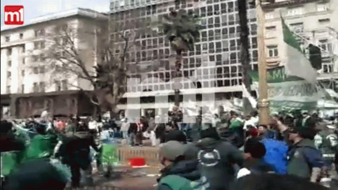 Incidentes frente al escenario de la CGT: hubo piedras, palos y trompadas