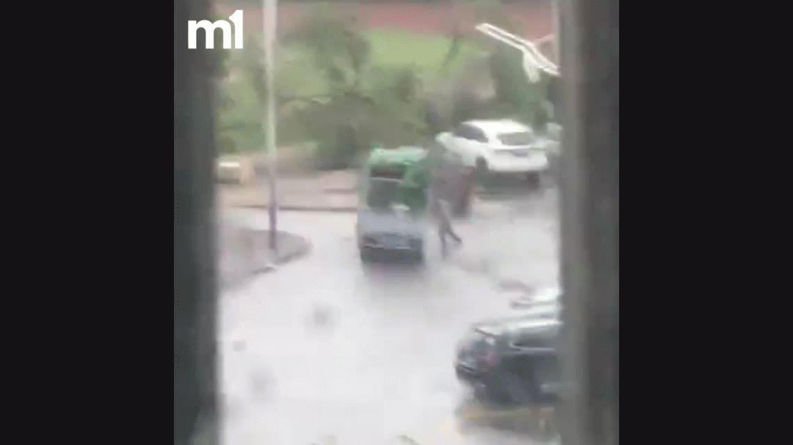VIDEO: Quería sostener a su camión durante una tormenta y fue aplastado