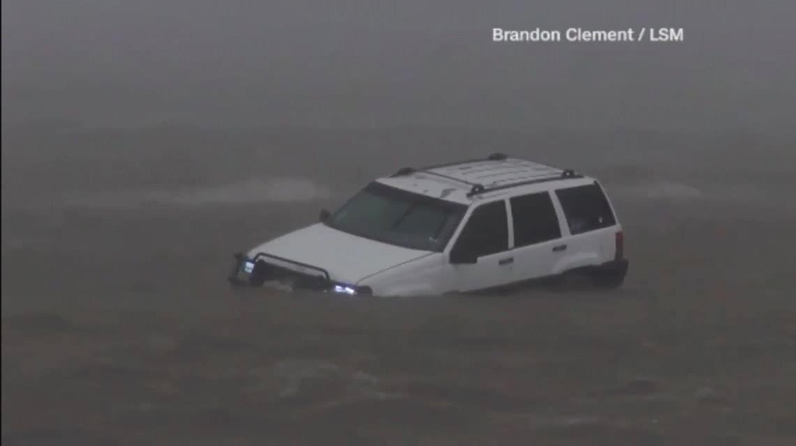 Harvey perdió intensidad al tocar tierra pero esperan daños catastróficas