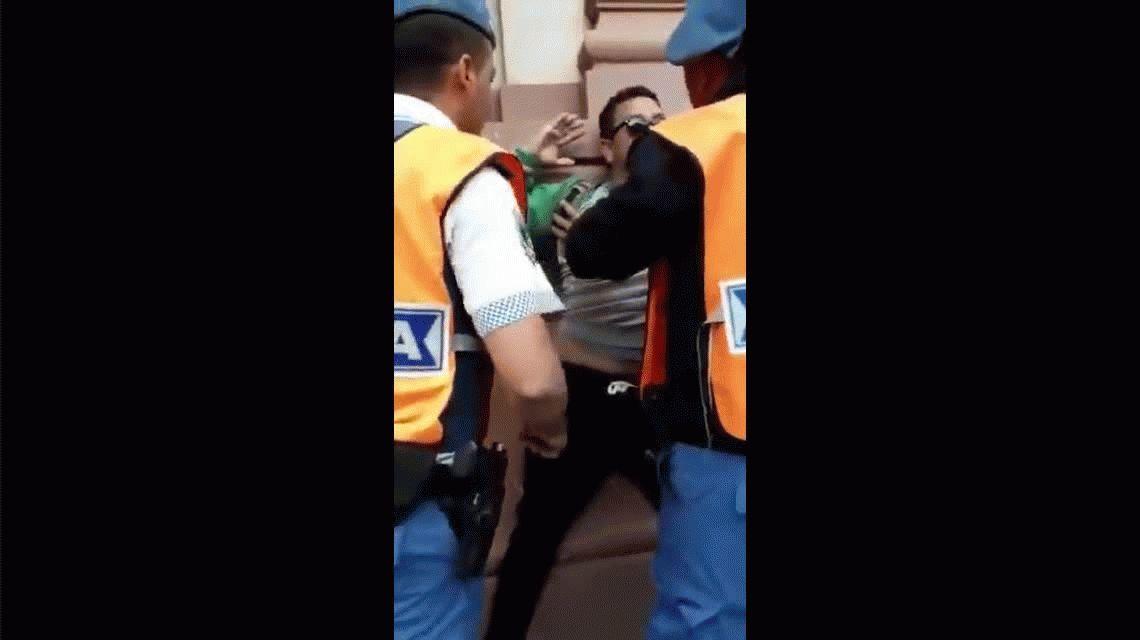 Denuncian que policías locales patearon a un perro y golpearon a discapacitado