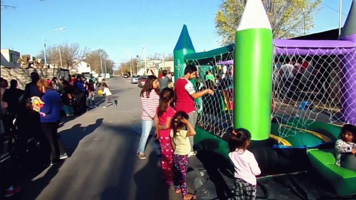 VIDEO: Mujeres a las piñas frente a chicos en festejo del Día del Niño