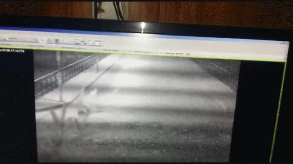 VIDEO: Así se despistó y cayó de un puente un auto en Sierra de la Ventana