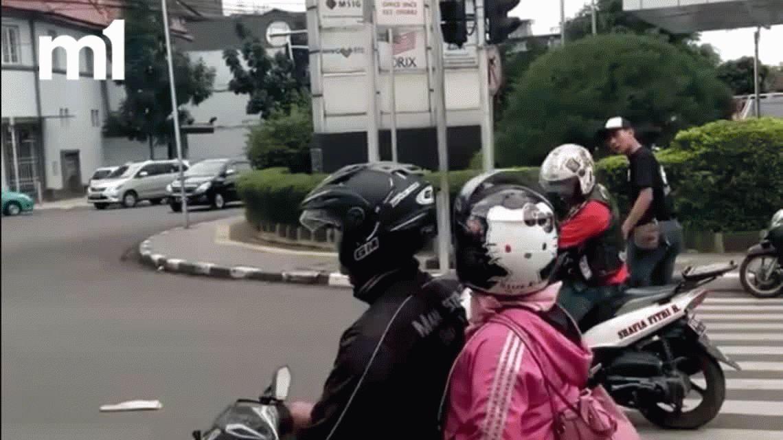 VIDEO: Mirá lo que hizo un joven con un motociclista que paró sobre la senda peatonal