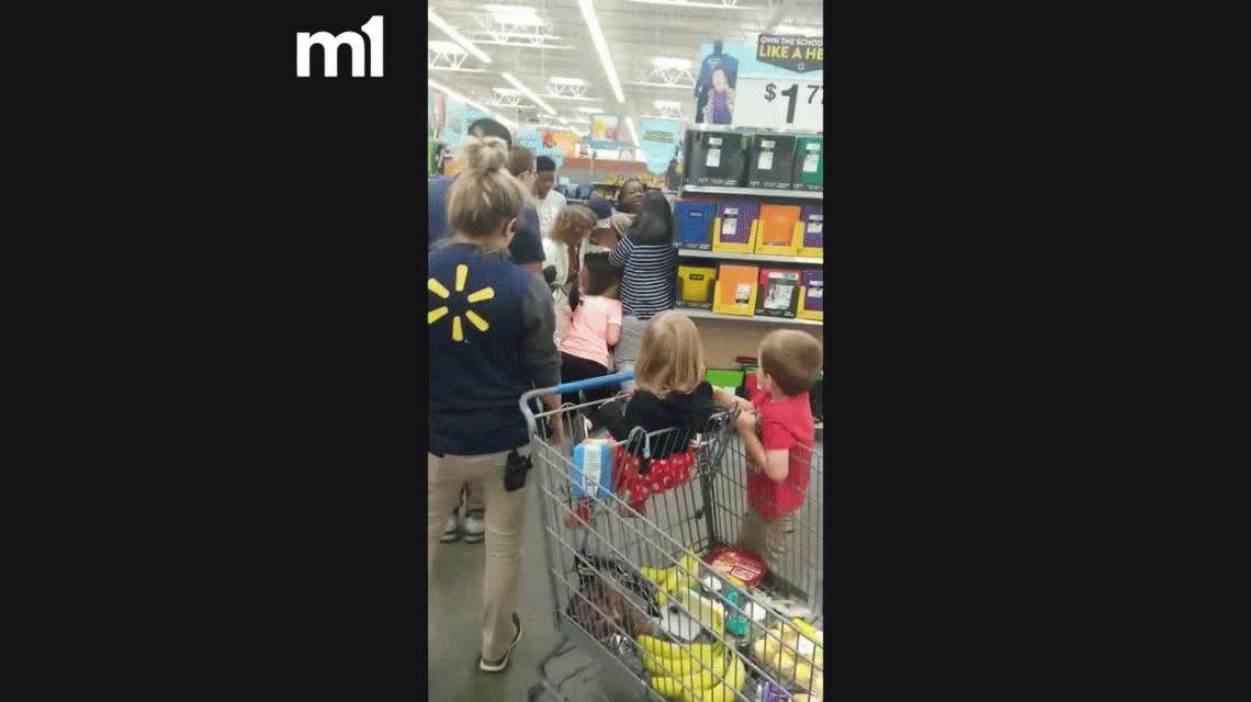 VIDEO: Mujeres peleaban en un supermercado por un cuaderno y una sacó un arma