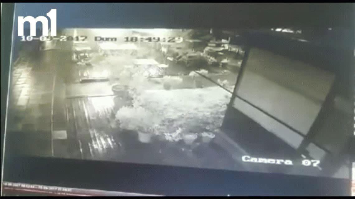 Violento ataque a un bar en City Bell: mirá cómo lo prendieron fuego