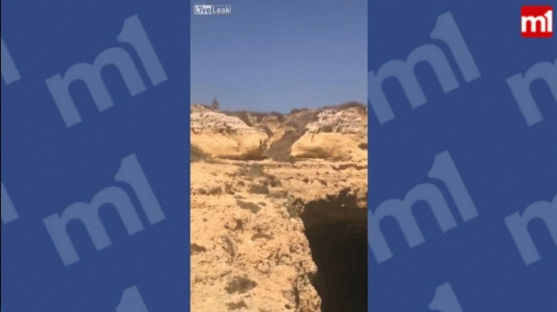 VIDEO: Se tiró de un acantilado al agua y cayó sobre un bote de turistas
