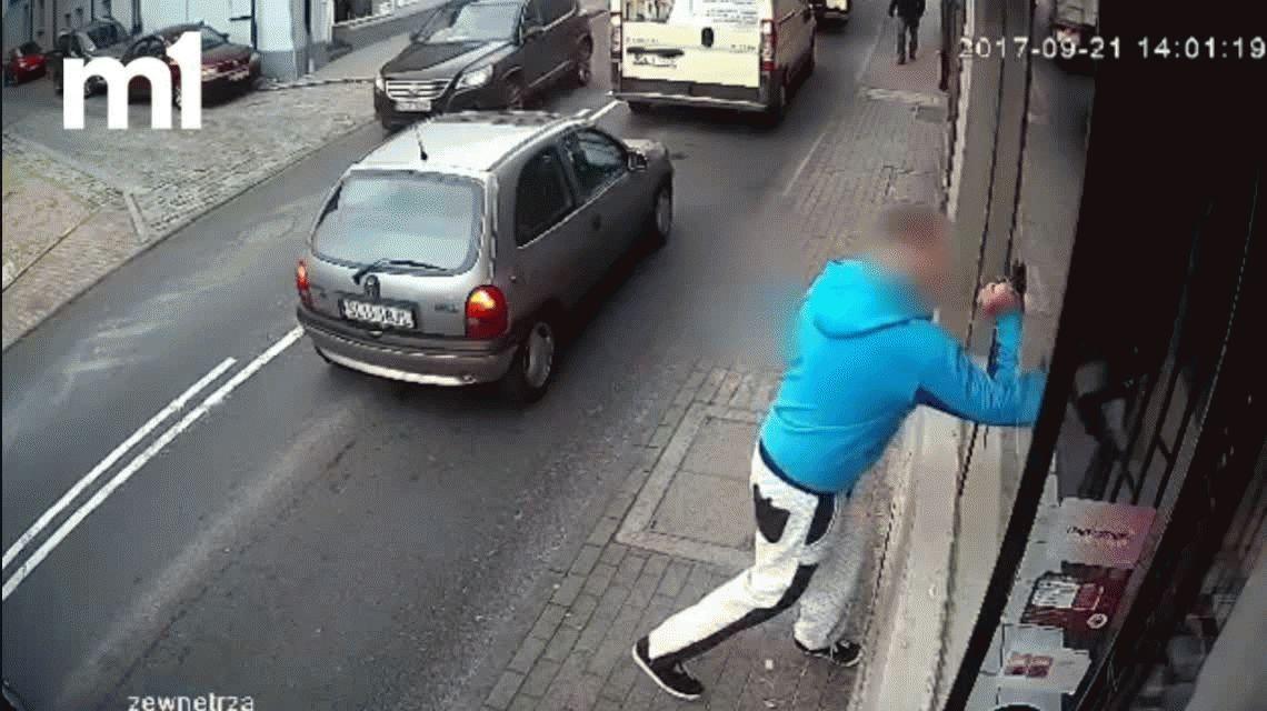 Video: Rompió una vidriera a patadas y recibió el castigo menos pensado