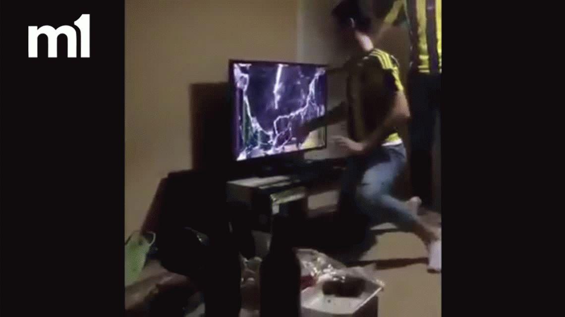 ¡Se volvió loco! Fanático del Fenerbahce destrozó una tele tras el gol del rival en el clásico