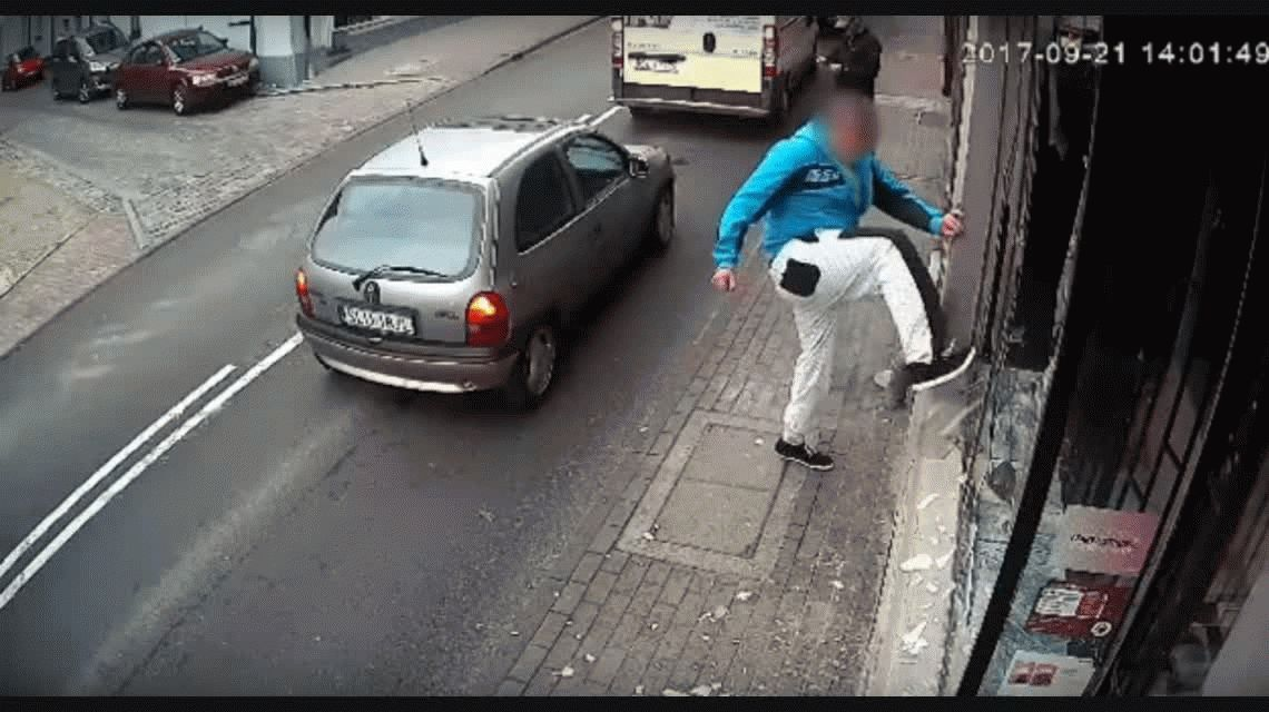 Karma instantáneo: rompió la vidriera de un local, se quiso escapar y lo pisó un auto