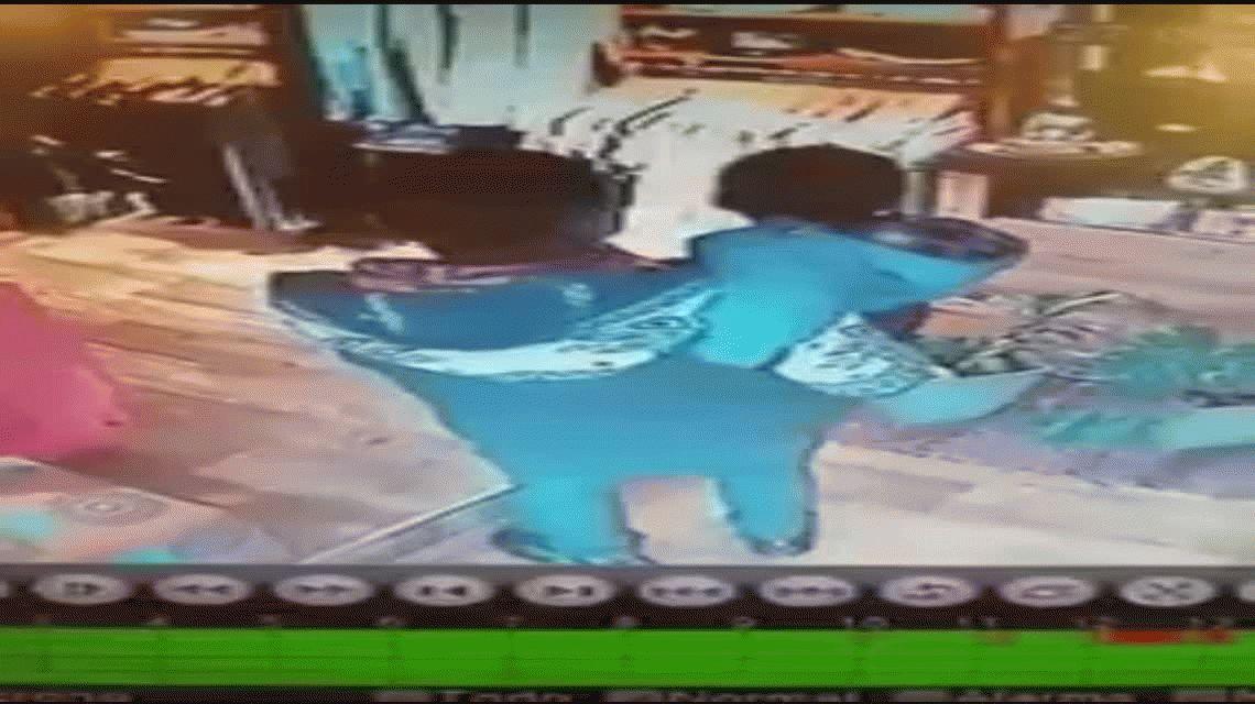 VIDEO: con su hijo en brazos, robó un local de Berazategui