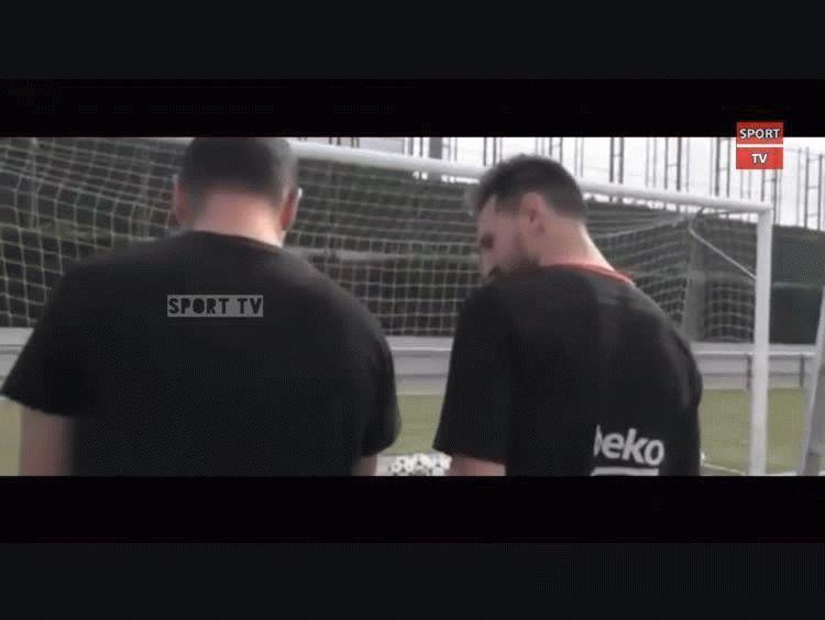 74d4fad9718a7 ¿Por qué Messi posó con cientos de pelotas antes del entrenamiento del  Barcelona