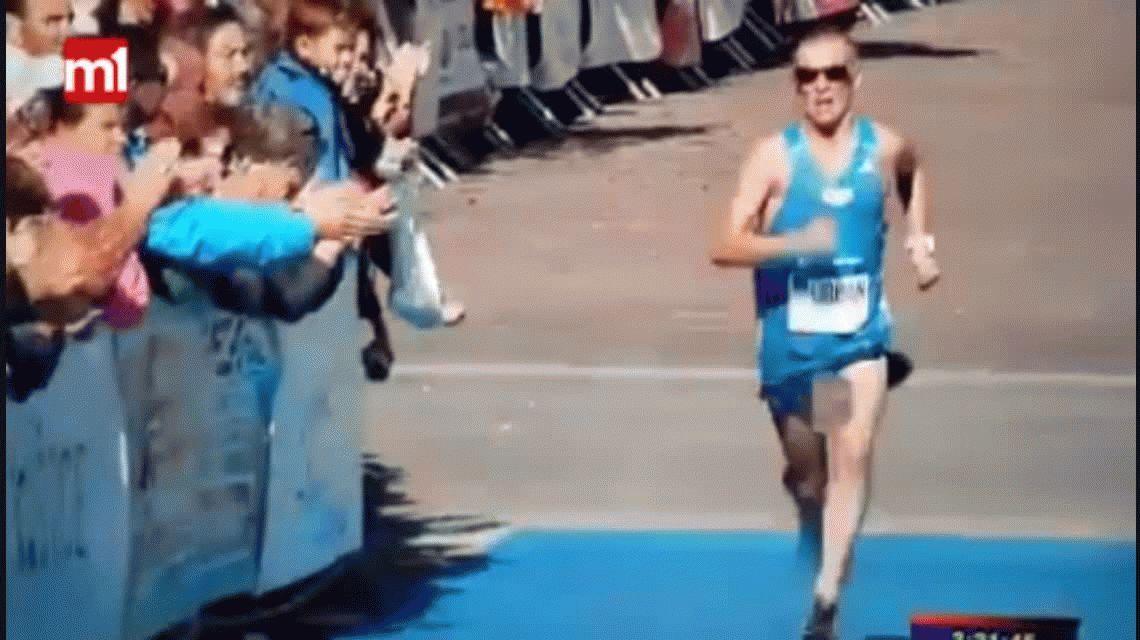 Llegó a la meta de la carrera, pero se le corrió el short y mostró de más