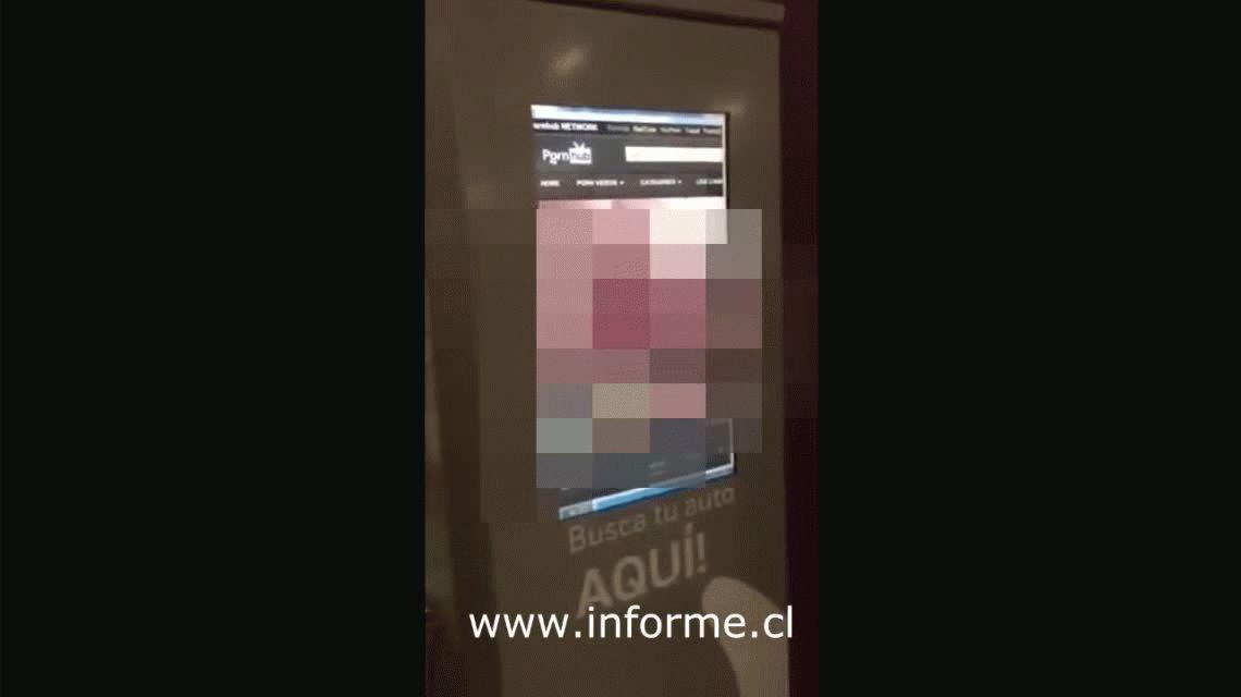 VIDEO: Fue a pagar el estacionamiento del shopping y en el cajero daban una película porno