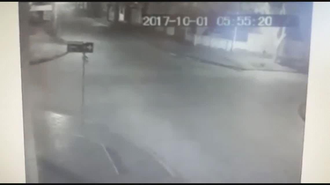 VIDEO Chocó a una moto con una pareja que voló por los aires y se fugó
