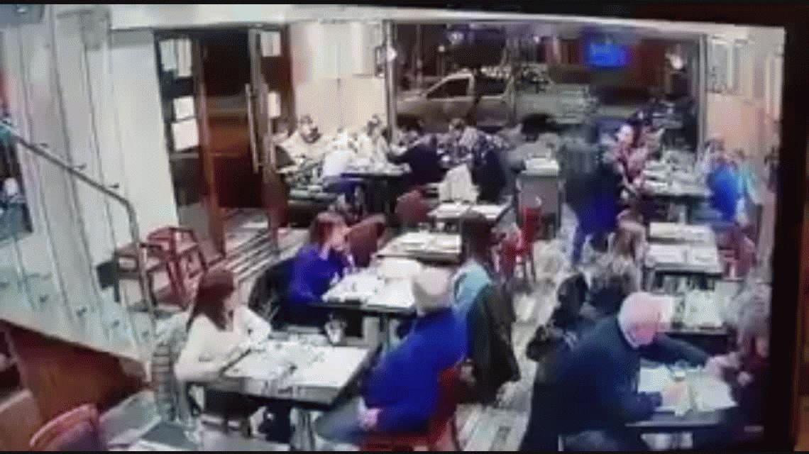 VIDEO A cara descubierta, asaltan un restaurante a metros de la comisaría
