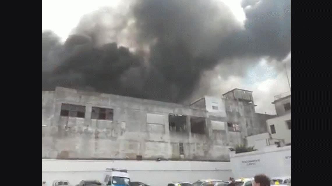 Feroz incendio en un outlet de Quilmes