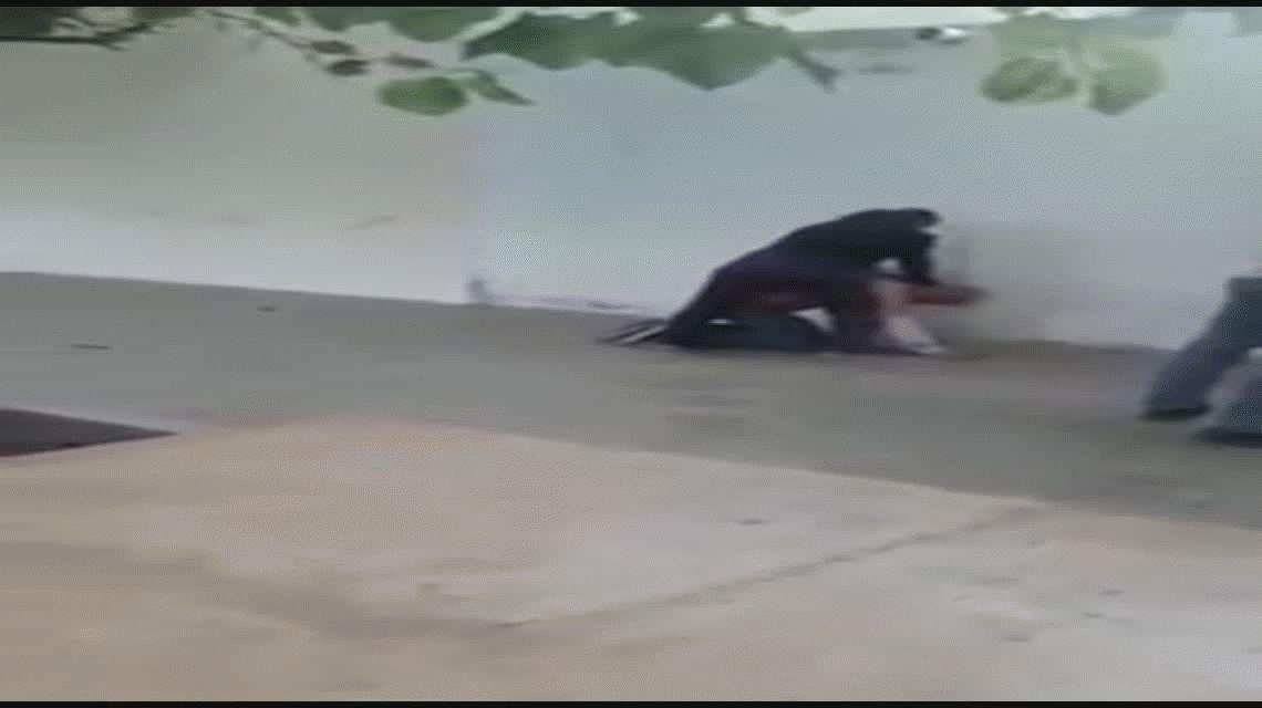VIDEO: Una mujer golpeó y le destrozó la camisa a un hombre en el medio de la calle