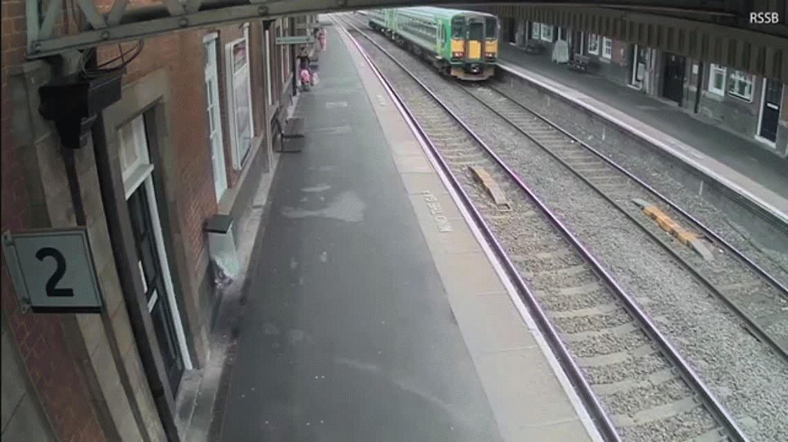 Sacó a su bebé del cochecito segundos antes de que sea destruido por un tren