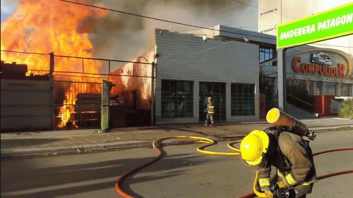 Impresionante incendio en una maderera en Neuquén