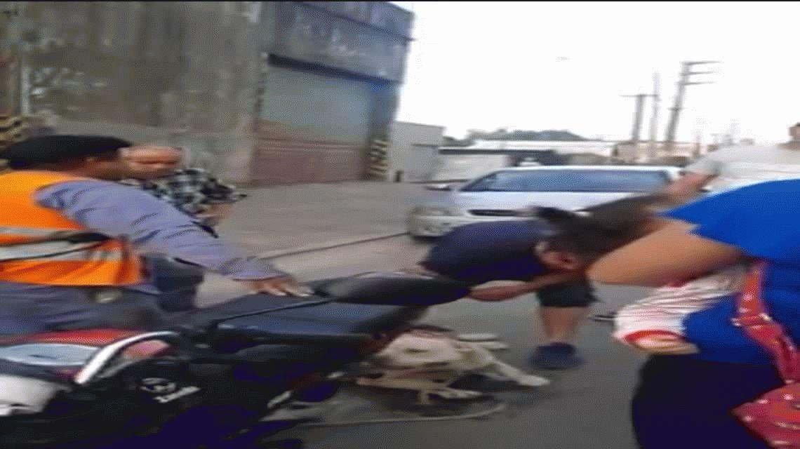Arrastró a su perro con la moto y lo pararon los vecinos