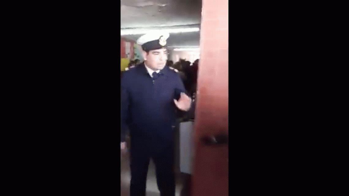 Obligaron a una presidenta de mesa y a una votante a sacarse la remera de Santiago Maldonado