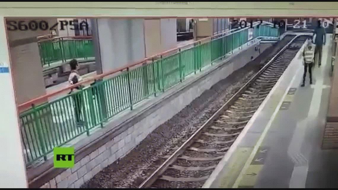 VIDEO: Un hombre empujó a una mujer a las vías del tren y siguió su camino como si nada