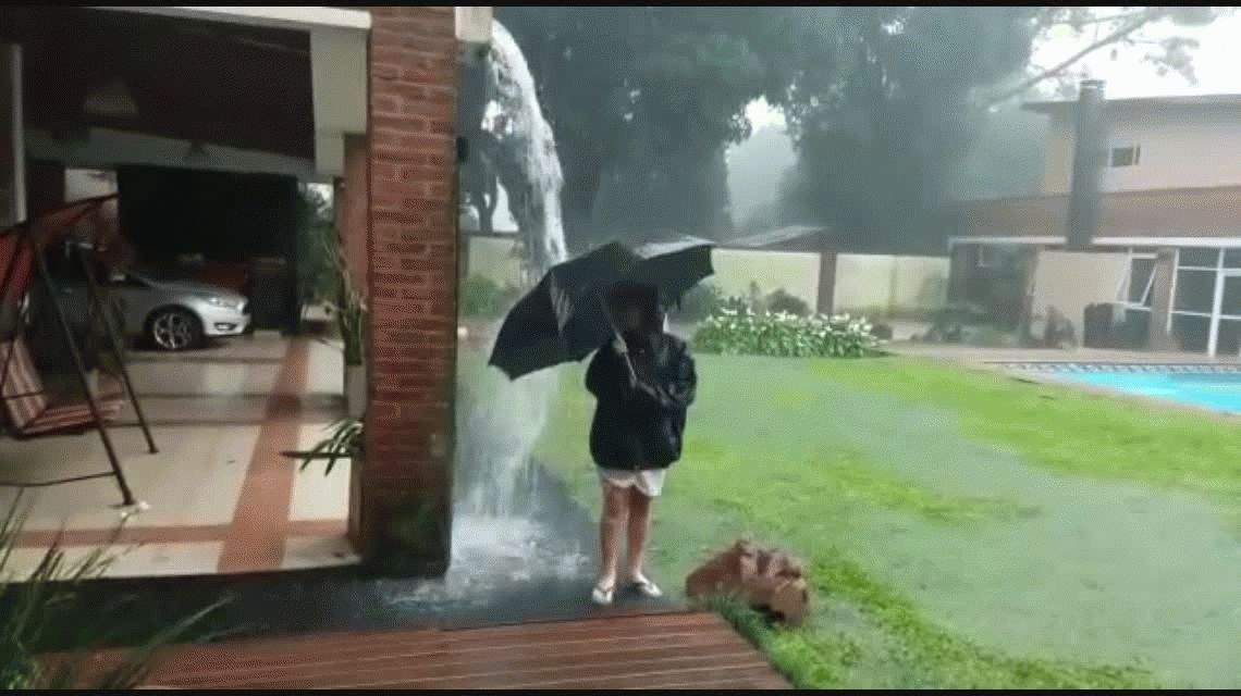 VIDEO: Jugaba con el paraguas bajo la lluvia, le cayó un rayo y sobrevivió de milagro
