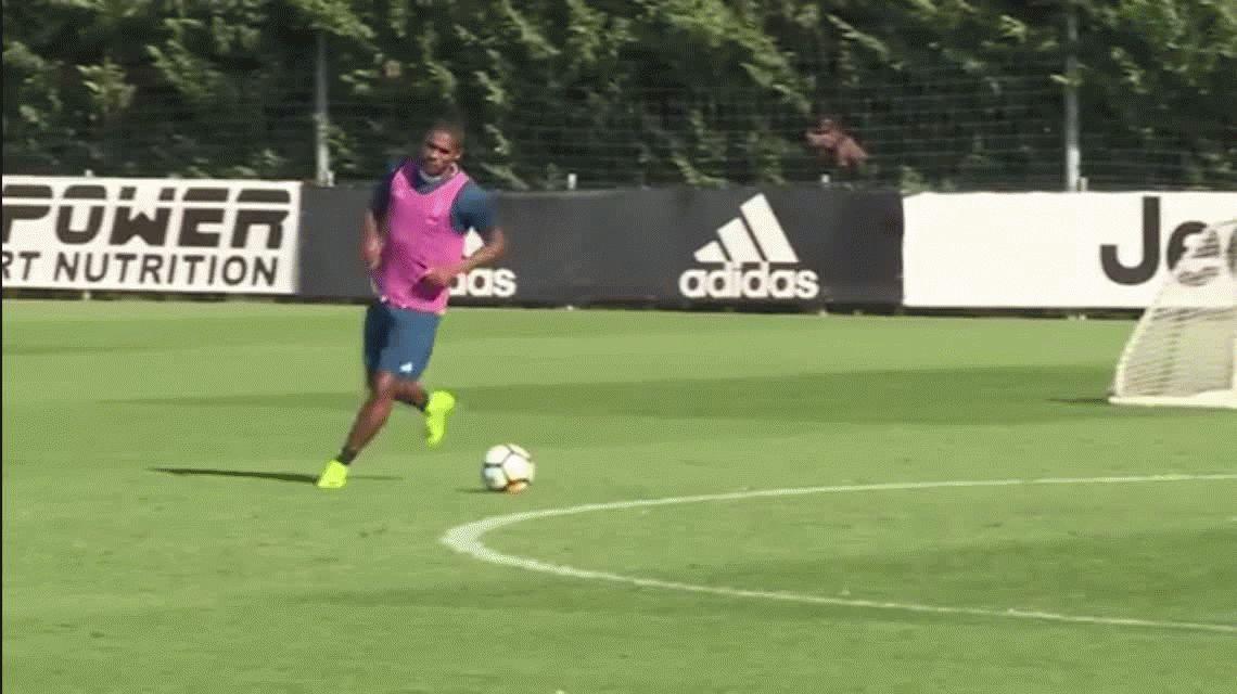 La jugada de Douglas Costa en el entrenamiento de la Juventus