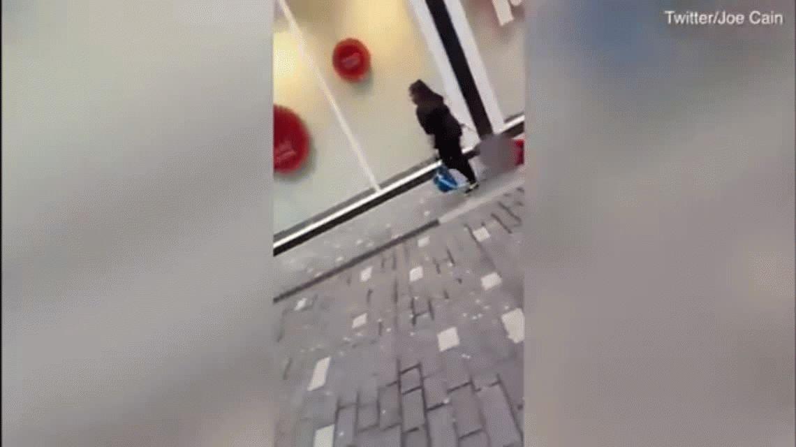 VIDEO: Una madre arrastra a su hijo por las calles de Liverpool con una correa