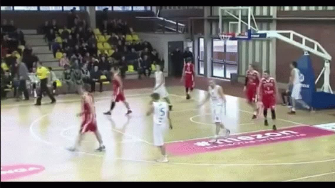 Video: le pegó una trompada a su compañero de equipo por no pasarle la pelota