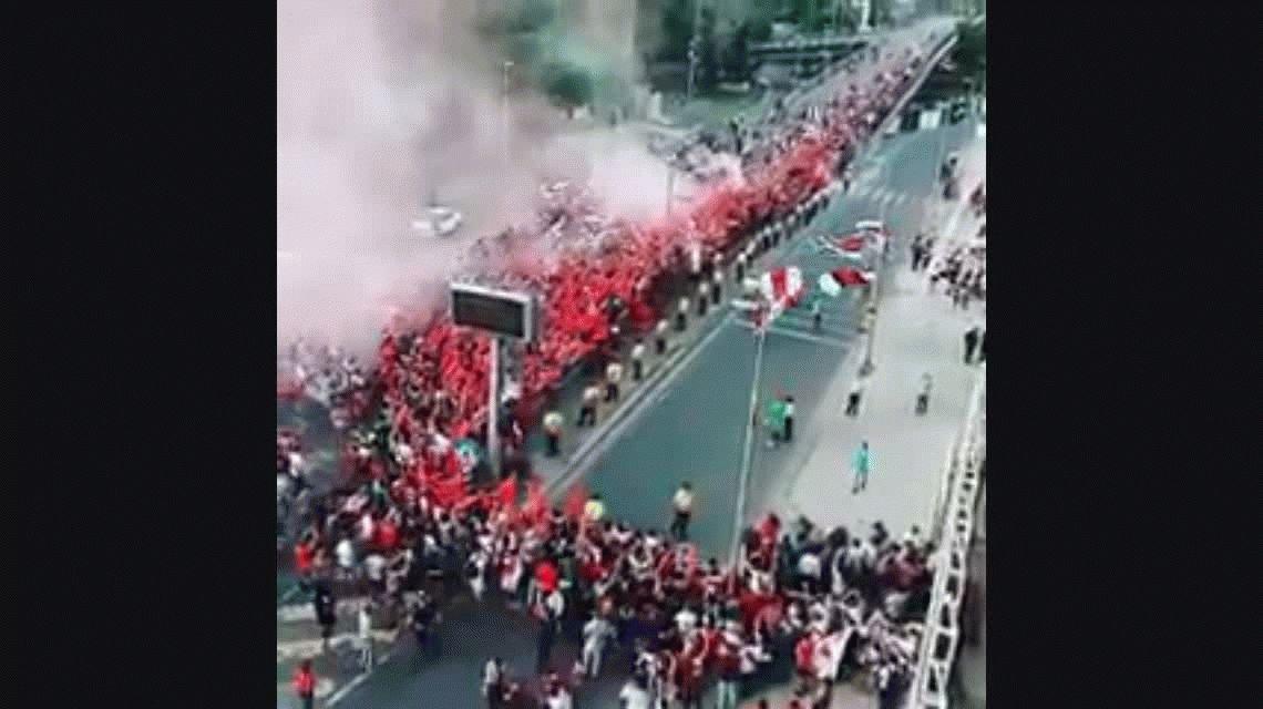 Locura total: el banderazo con el que miles de hinchas de River despidieron a su equipo