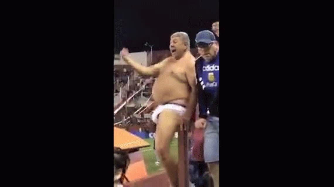 VIDEO ¿Promesa? Hincha de Lanús terminó de ver el partido con River en calzoncillo