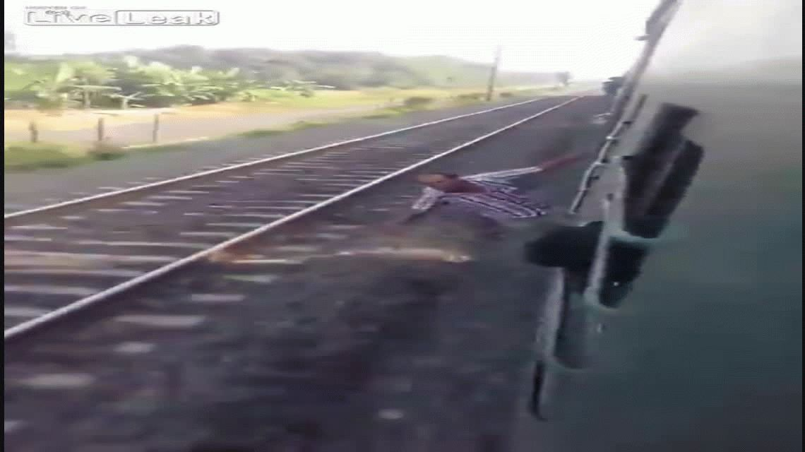 VIDEO: Viajaba borracho colgado del tren y sufrió un fatal accidente