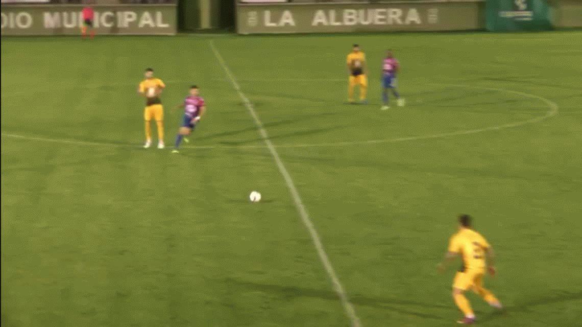 VIDEO: Un árbitro termina el partido con la pelota ingresando al arco