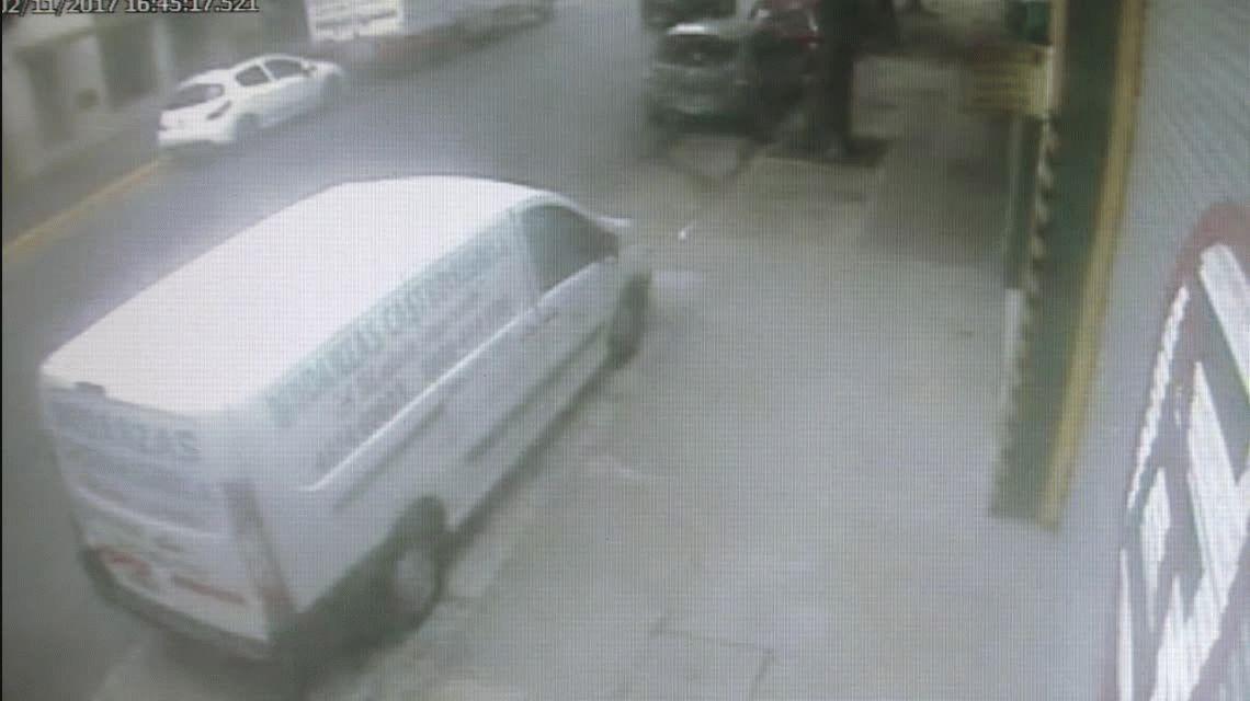 Se quedó dormida, chocó contra una camioneta y volcó