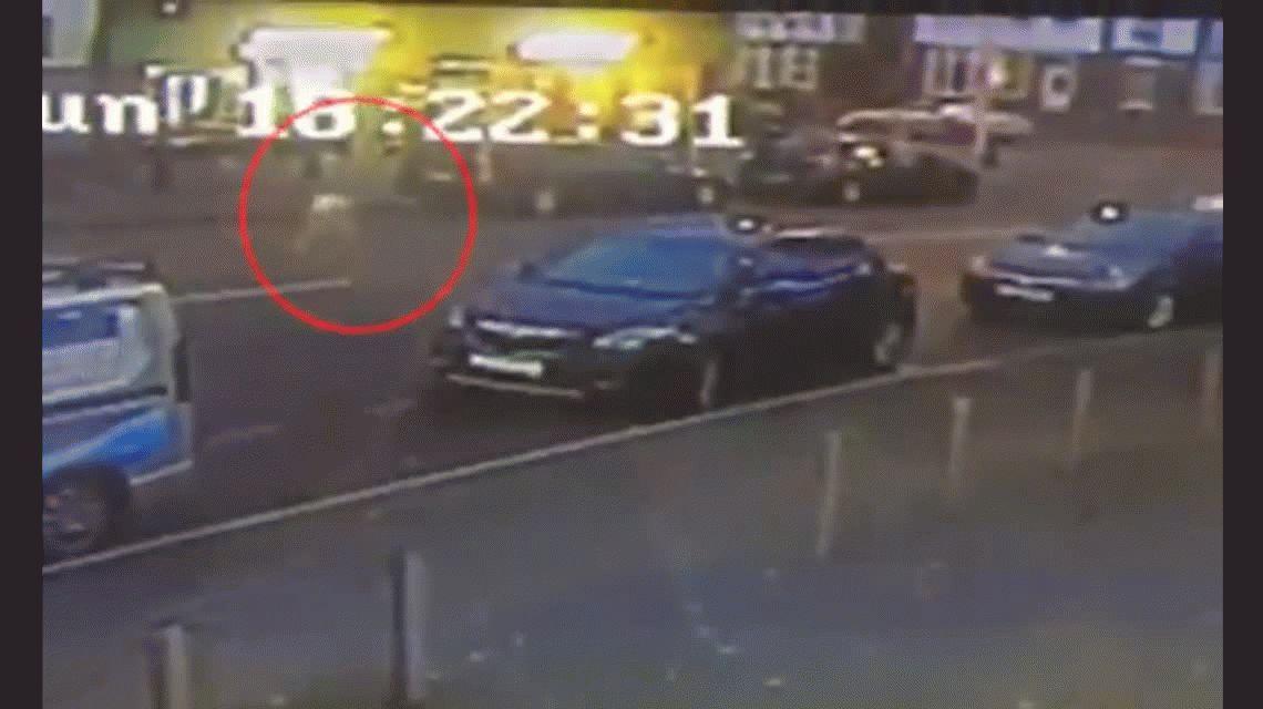 VIDEO: Un nene es revoleado por los aires tras ser alcanzado por un auto