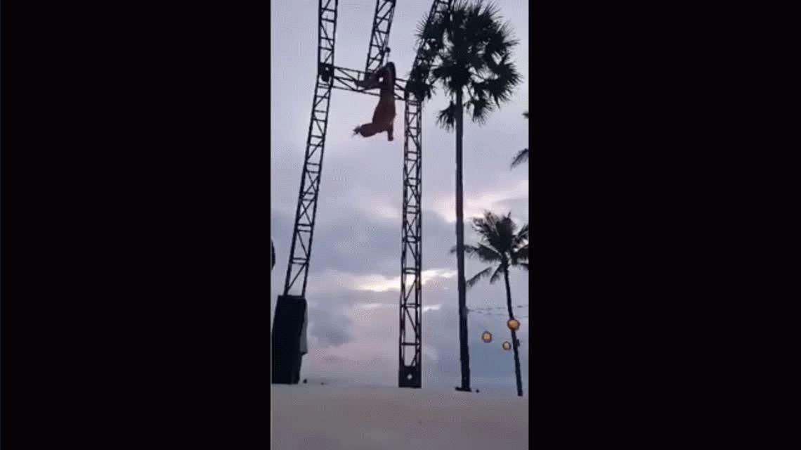 VIDEO: Terrible caída de una acróbata en plena actuación en Bali