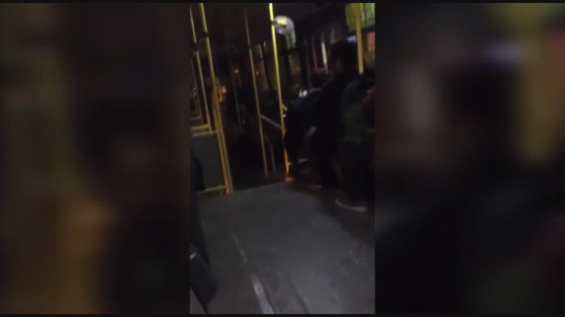 La Policía paró un colectivo y pidió los documentos a los pasajeros